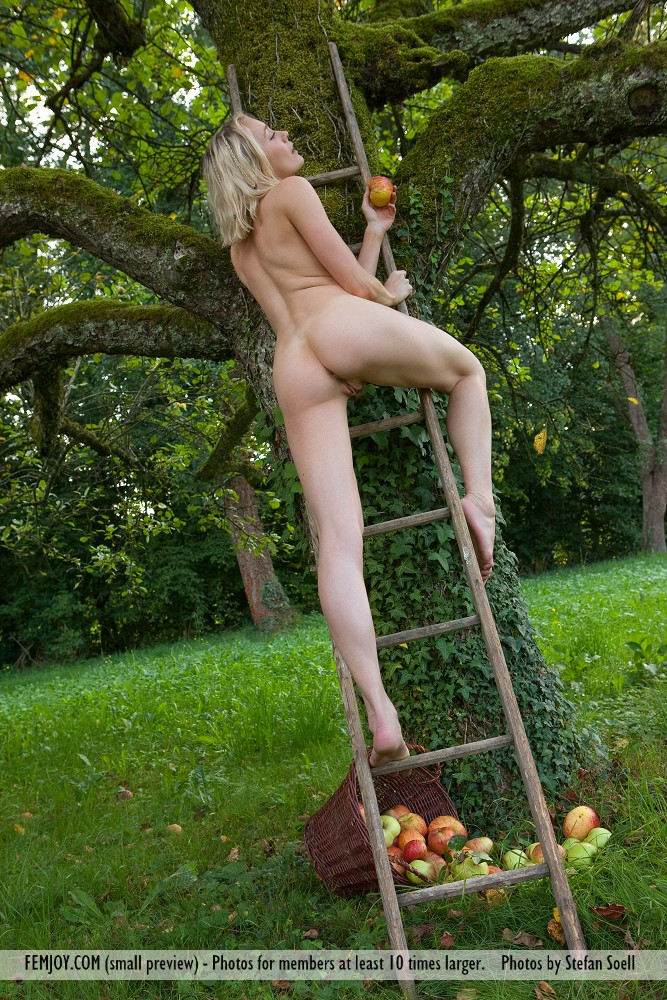 katy-blonde-apples-naked-femjoy-05