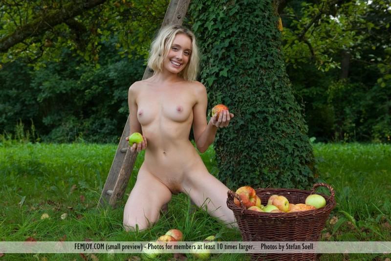 katy-blonde-apples-naked-femjoy-07