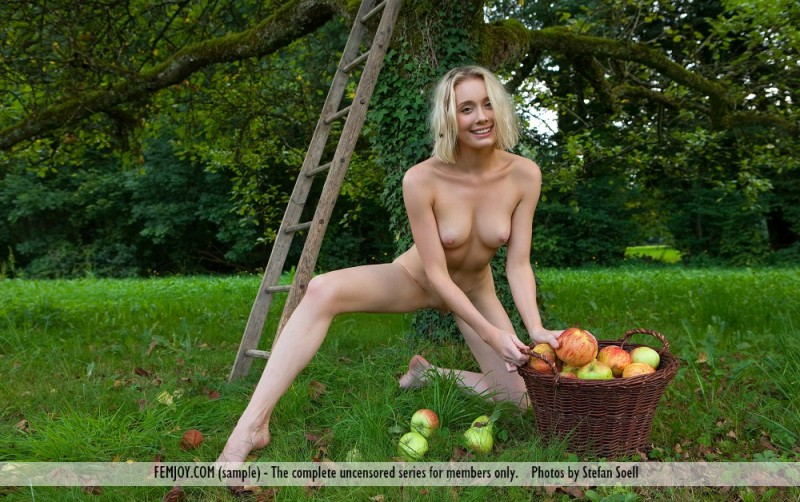 katy-blonde-apples-naked-femjoy-08
