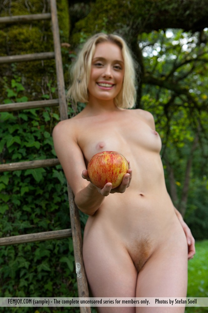 katy-blonde-apples-naked-femjoy-12
