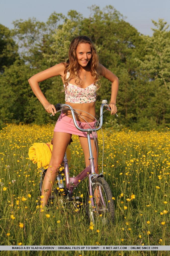 mango-a-bike-met-art-02