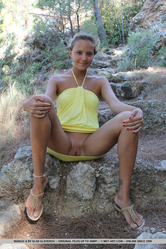 mango-a-outdoor-nude-yellow-dress-metart-06