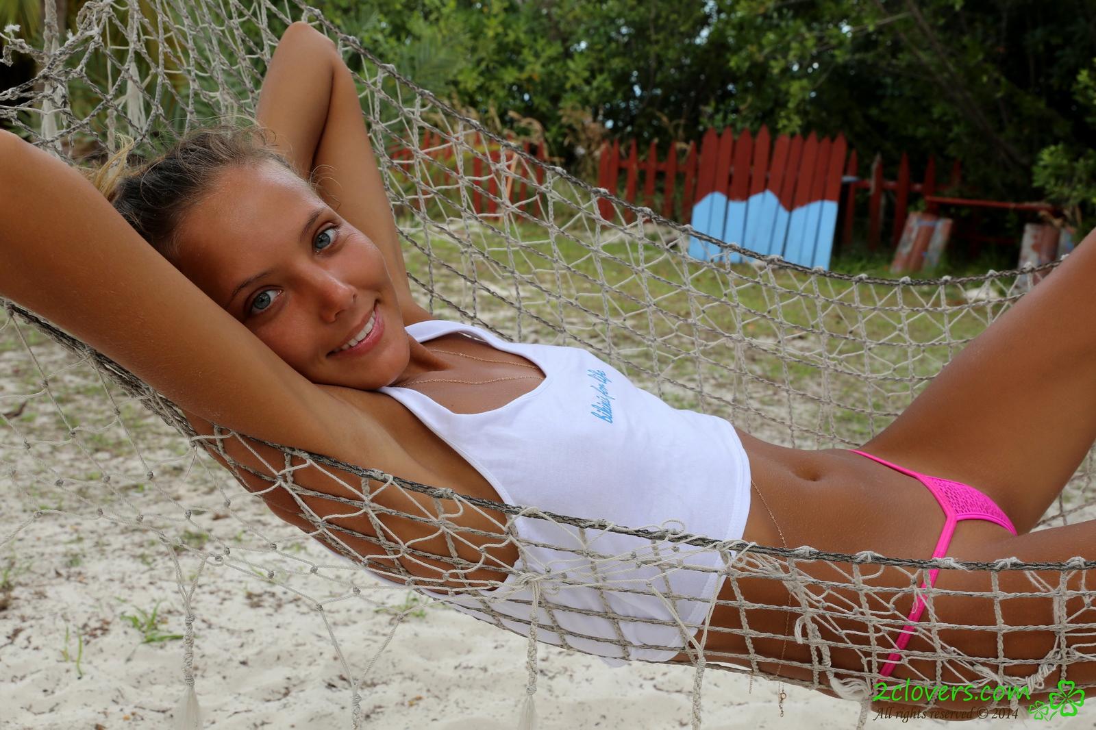 katya-clover-naked-on-sirena-beach-seaside-2clovers-15