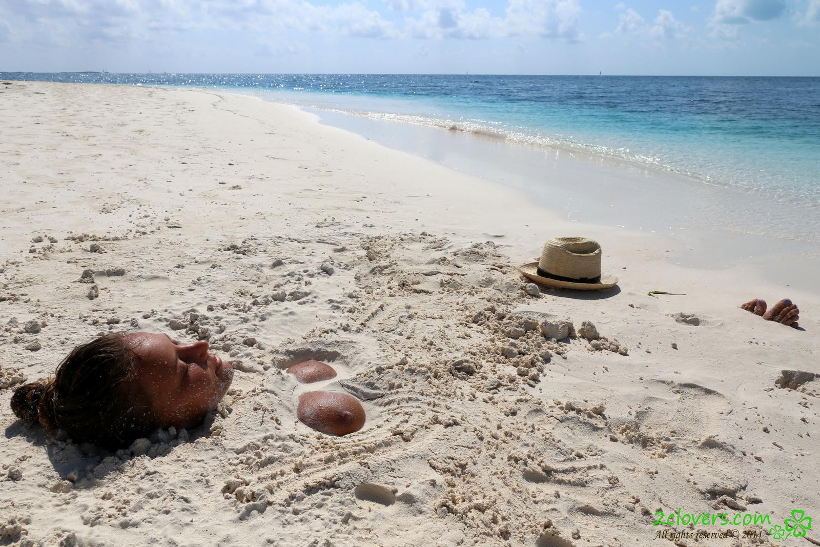 katya-clover-naked-on-sirena-beach-seaside-2clovers-38