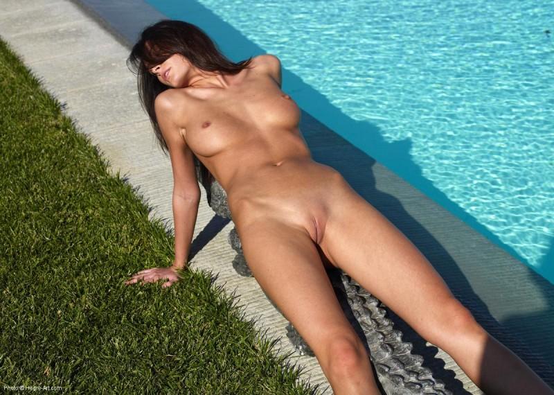 kocsis-orsi-nude-poolside-crocodile-hegreart-04