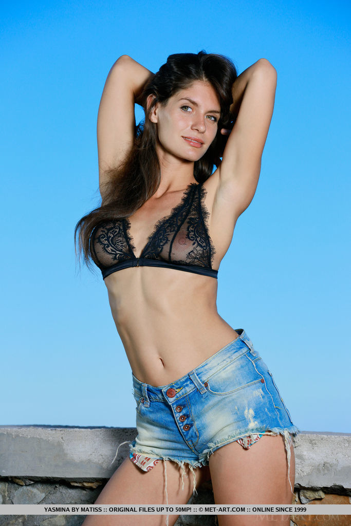 yasmina-jeans-shorts-high-heels-naked-metart-01