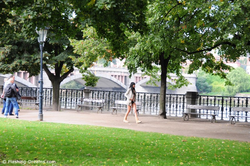 laura-nude-prague-public-flashing-dreams-04