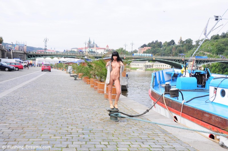 laura-nude-prague-public-flashing-dreams-22
