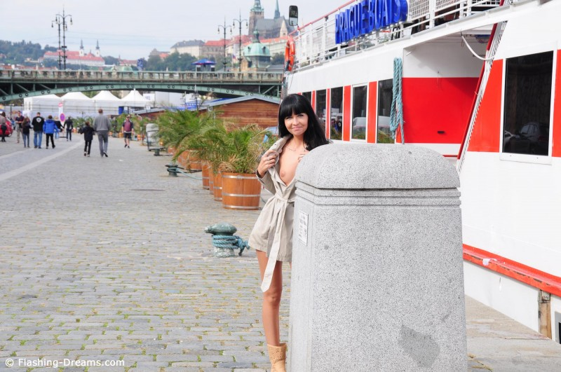 laura-nude-prague-public-flashing-dreams-23