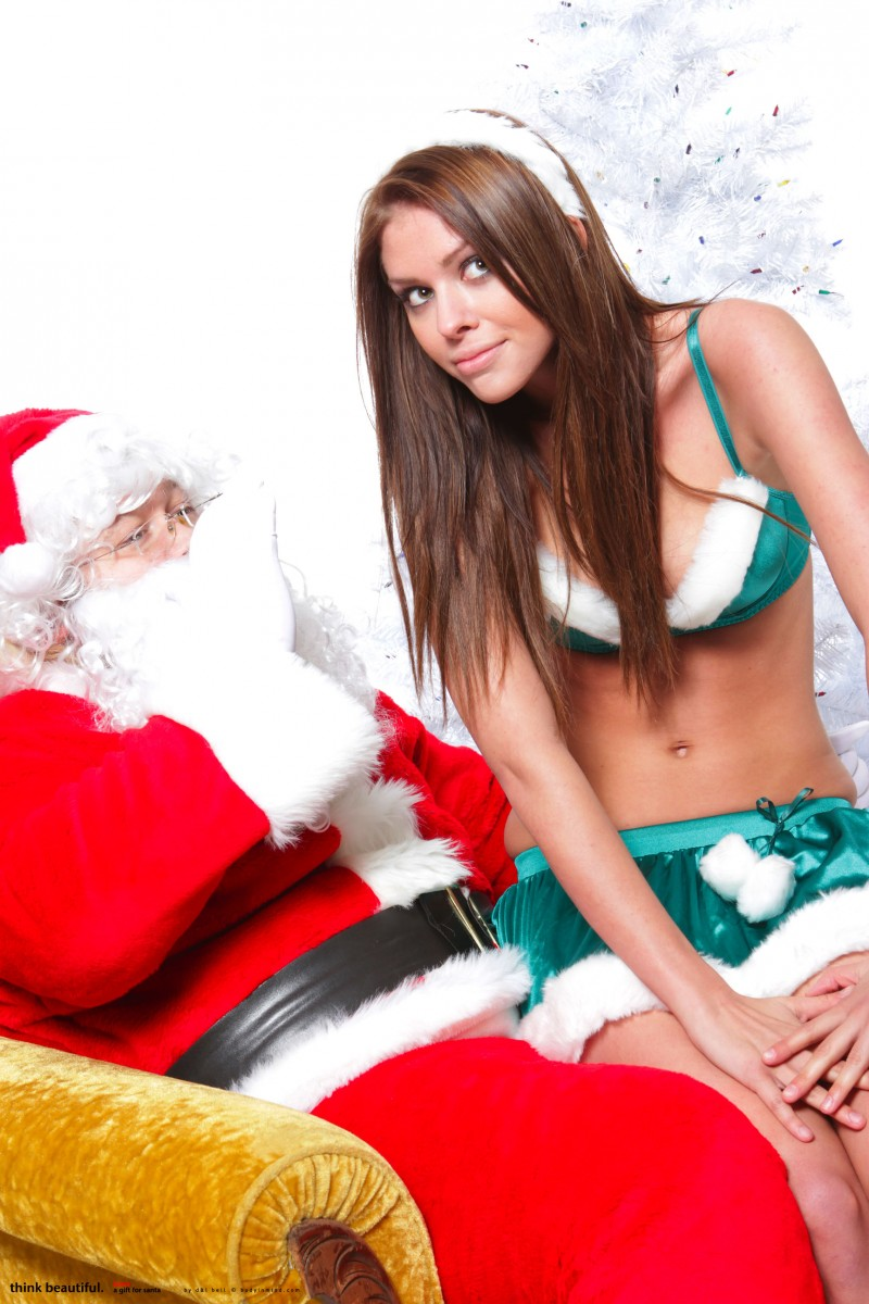 laura-christina-santa-helper-nude-bodyinmind-01