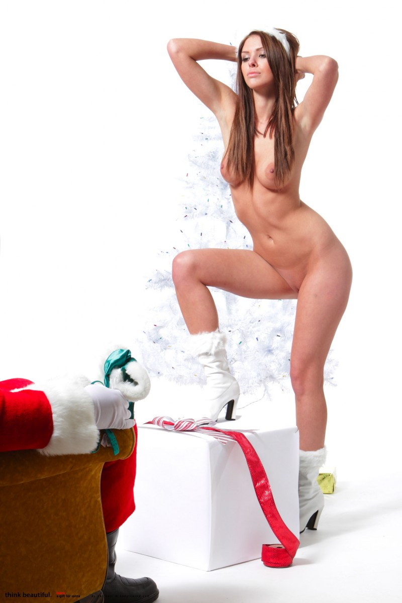 laura-christina-santa-helper-nude-bodyinmind-12