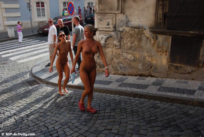 leonelle-&-laura-nude-prague-public-nip-activity-21