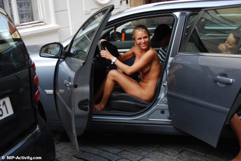 leonelle-&-laura-nude-prague-public-nip-activity-39