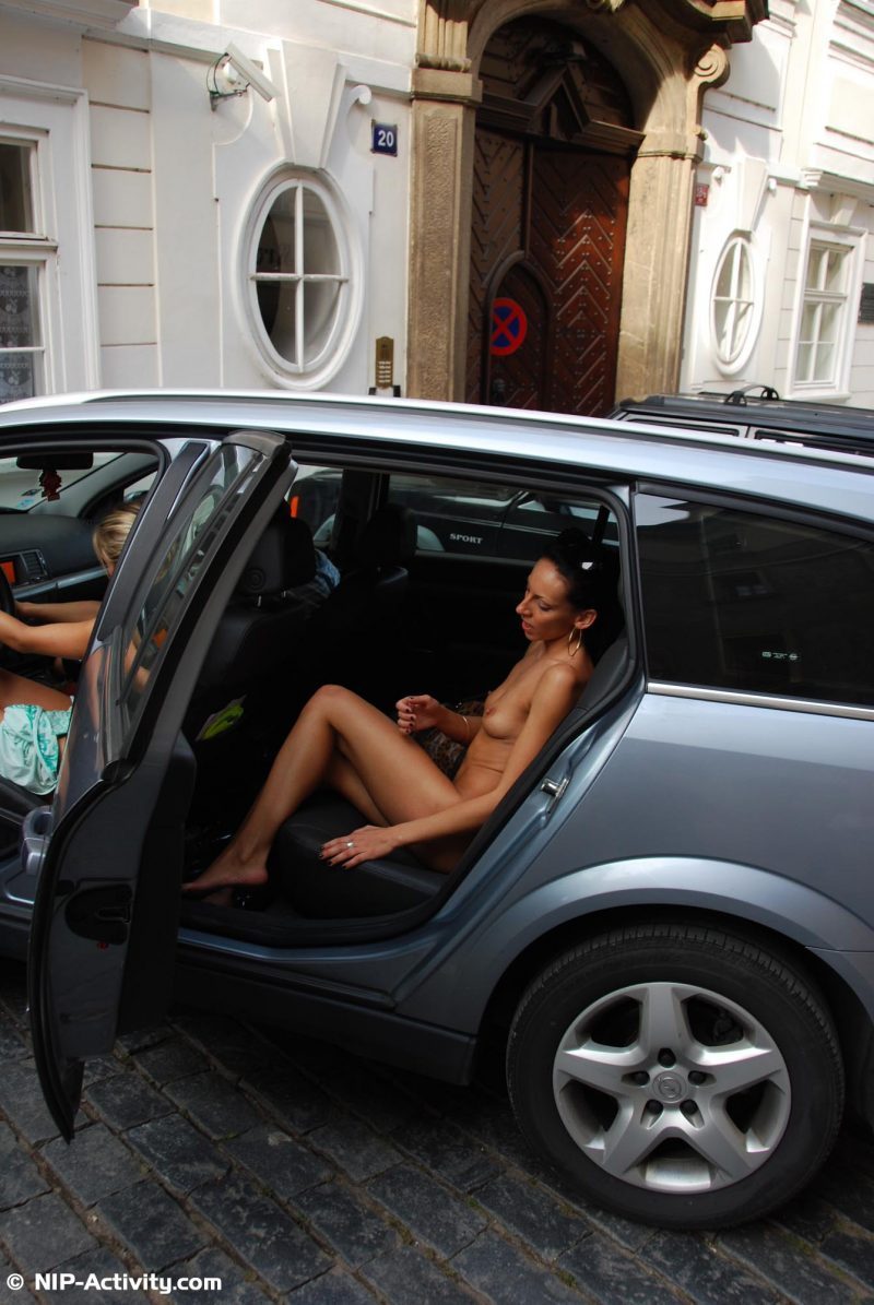leonelle-&-laura-nude-prague-public-nip-activity-42