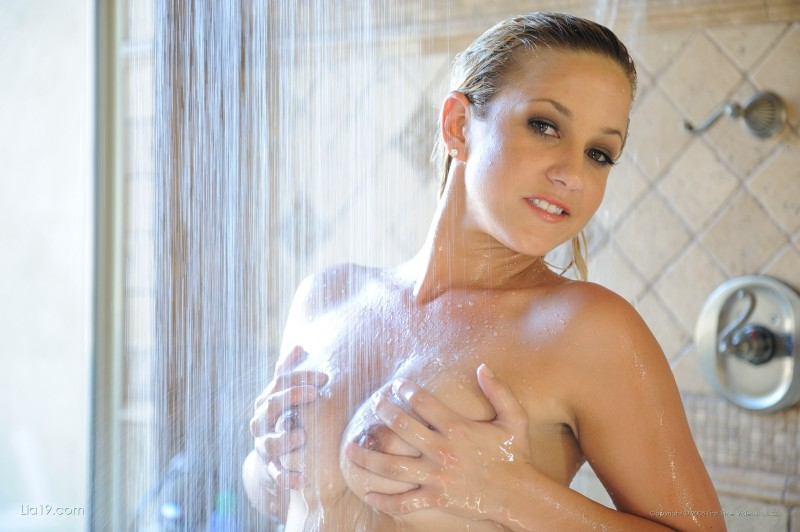lia19-shower-bikini-07