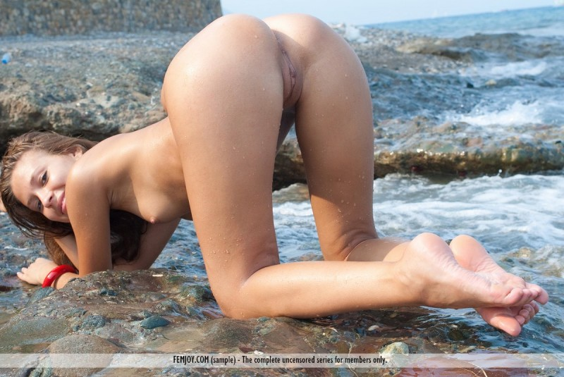 isida-nude-seaside-femjoy-10