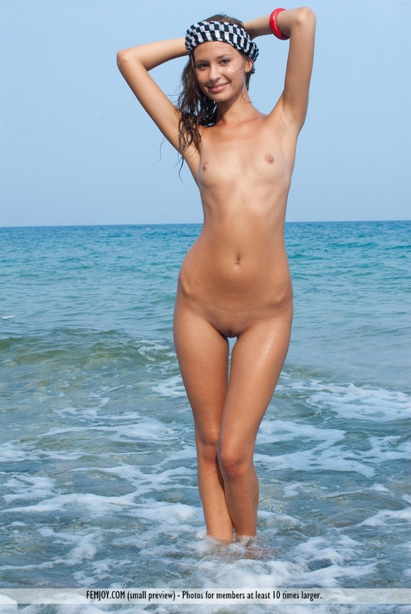 isida-nude-seaside-femjoy-13