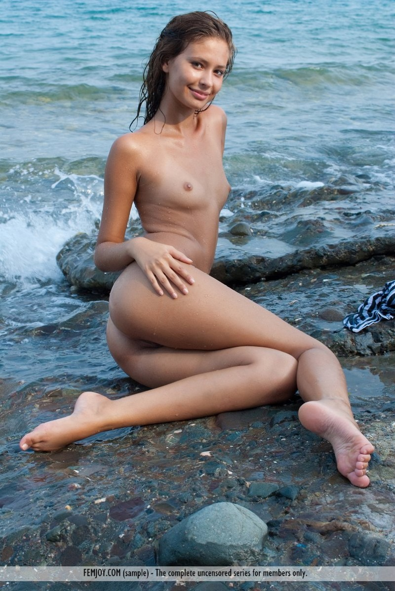 isida-nude-seaside-femjoy-14