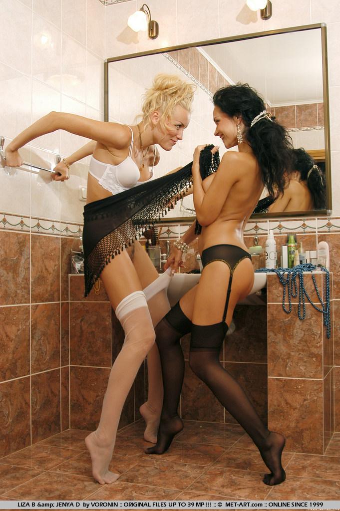 liza-b-&-jenya-d-bathroom-met-art-01