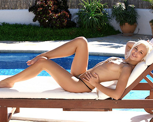 dido-a-blonde-pool-nude-metart