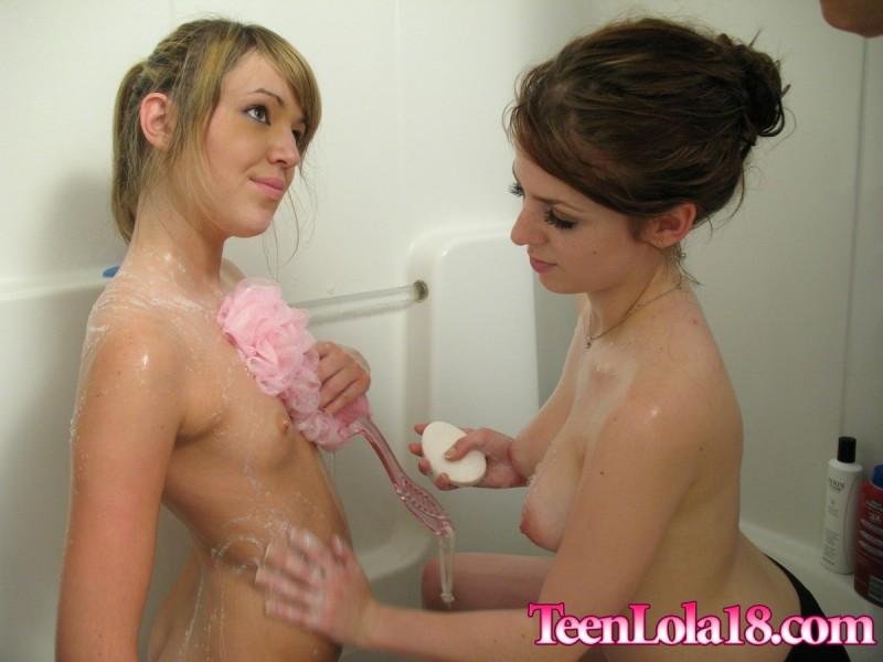 teen-lola-18-&-megan-shower-bath-08