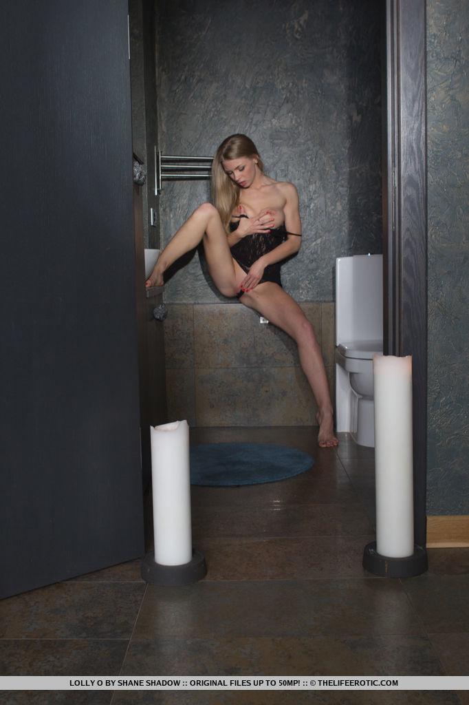 lolly-o-nude-bathroom-thelifeerotic-05