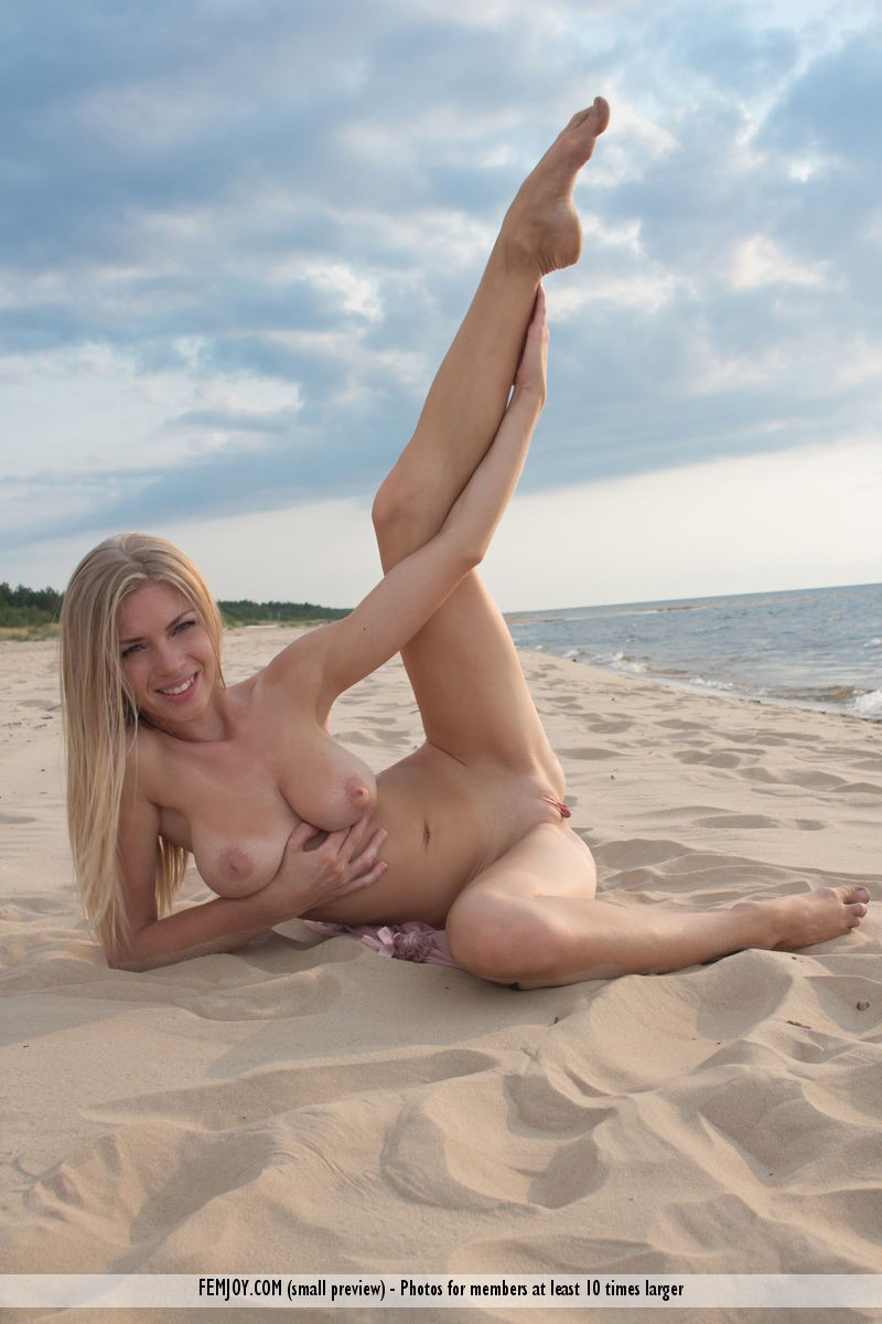 lolly-beach-naked-blonde-femjoy-03