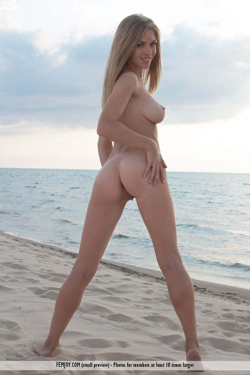 lolly-beach-naked-blonde-femjoy-14