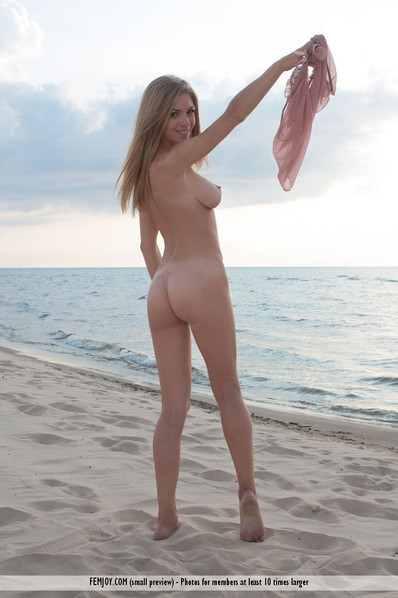 lolly-beach-naked-blonde-femjoy-15