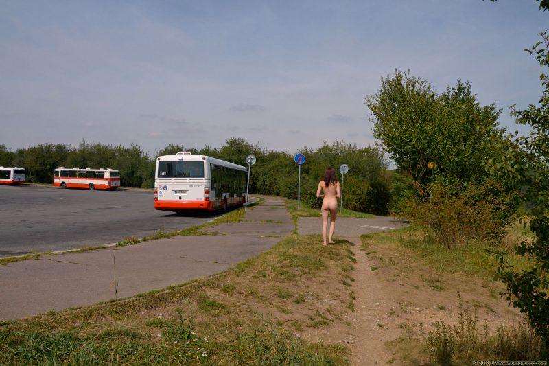 lucie-v-dirt-road-public-euronudes-10