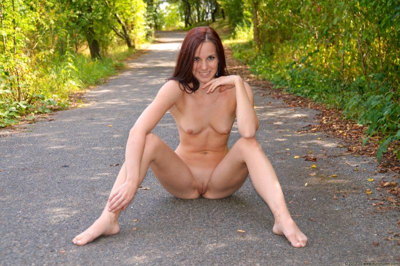lucie-v-dirt-road-public-euronudes-12