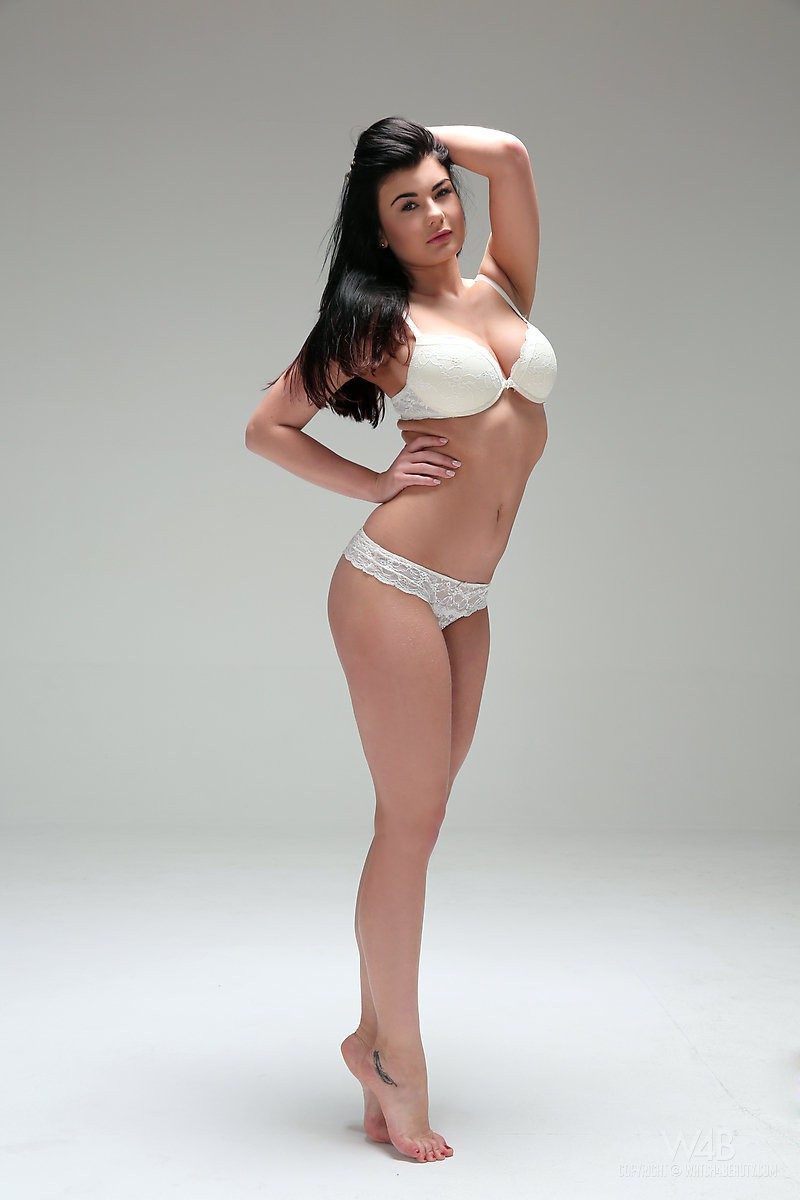 lucy-naked-white-lingerie-watch4beauty-01