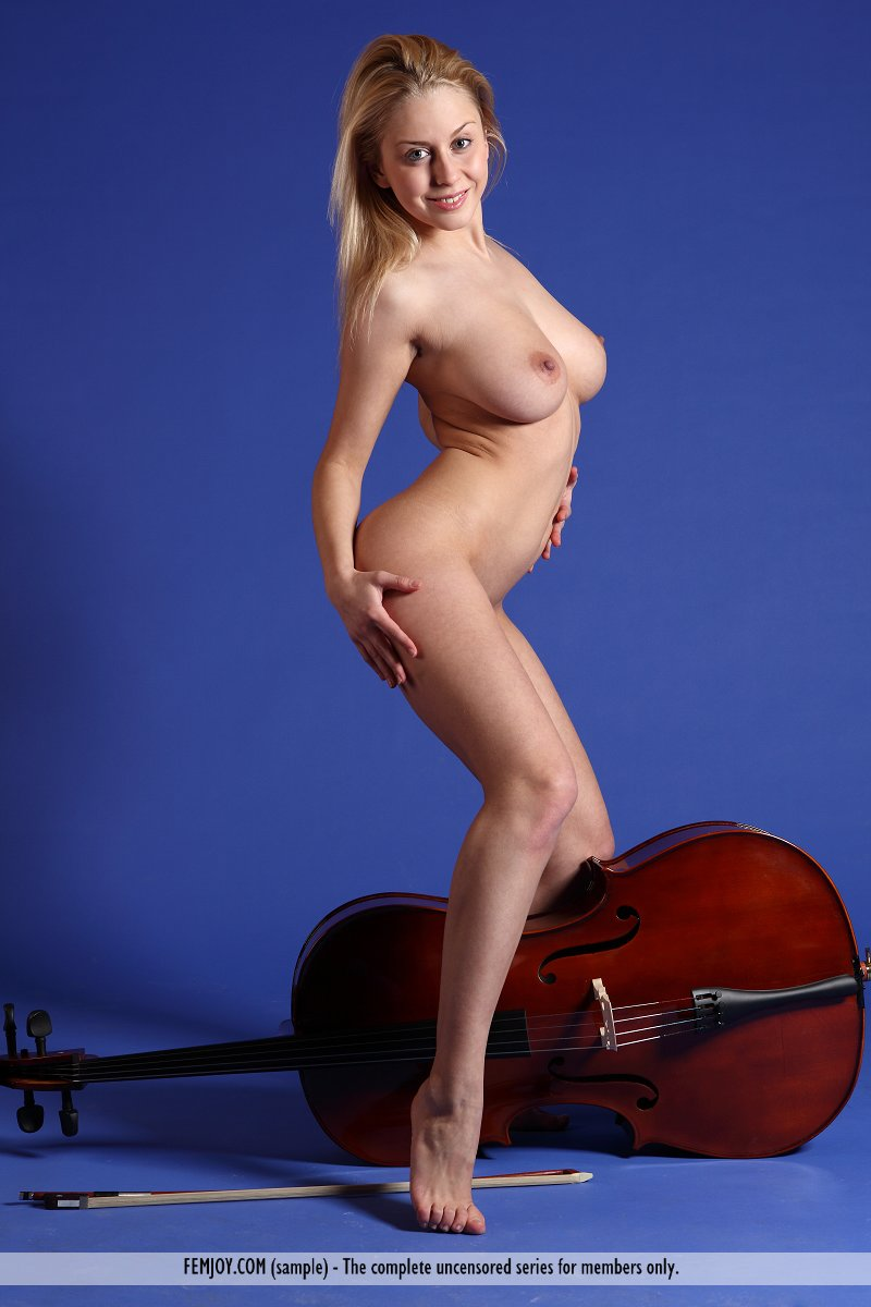 aelita-contrabass-boobs-femjoy-04