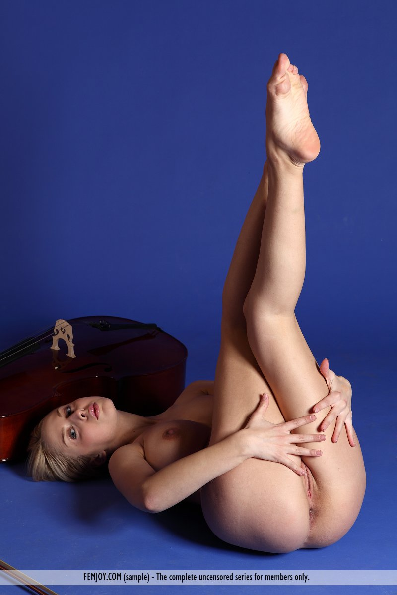 aelita-contrabass-boobs-femjoy-12