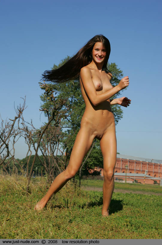 maria-naked-in-park-13