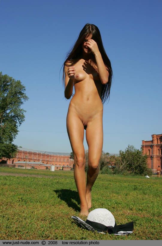 maria-naked-in-park-14