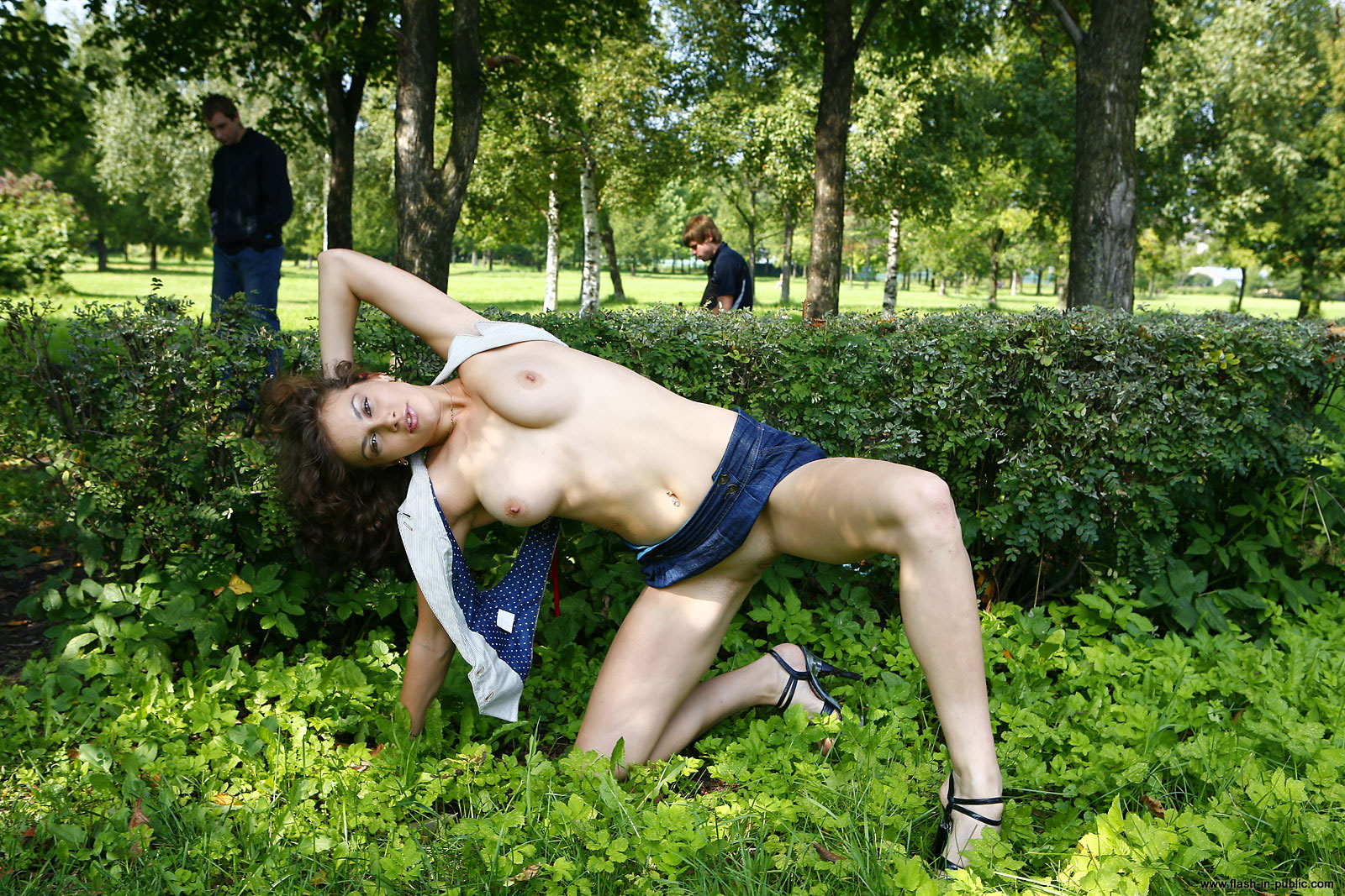 marianna-h-nude-park-flash-in-public-16