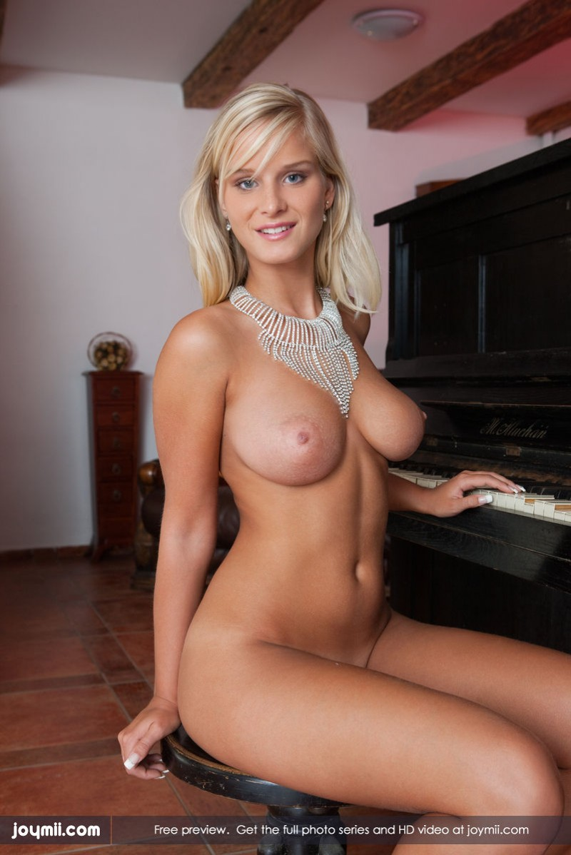 marry-queen-piano-boobs-joymii-06