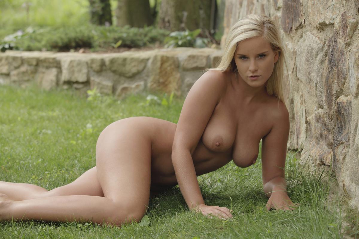 queen Outdoor nude mary
