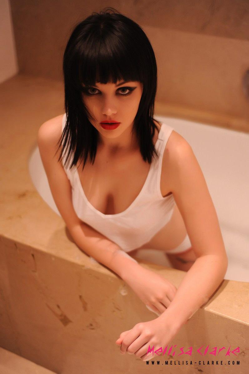 mellisa-clarke-bath-topless-01
