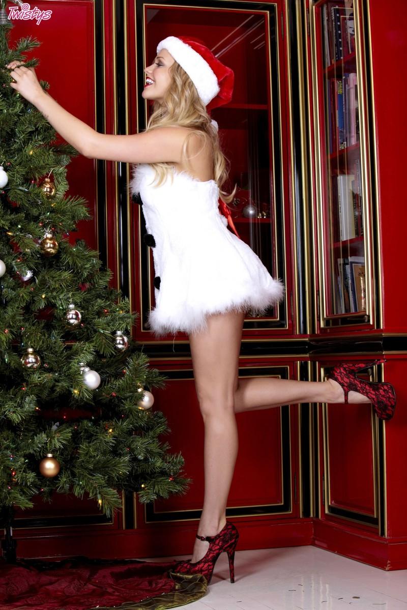 mia-malkova-christmas-nude-snowman-twistys-02