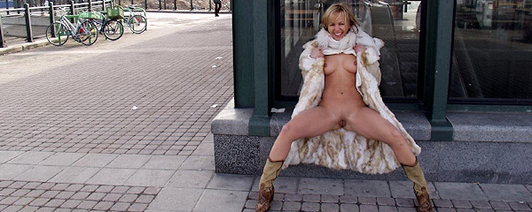 Michaela – Flash in public
