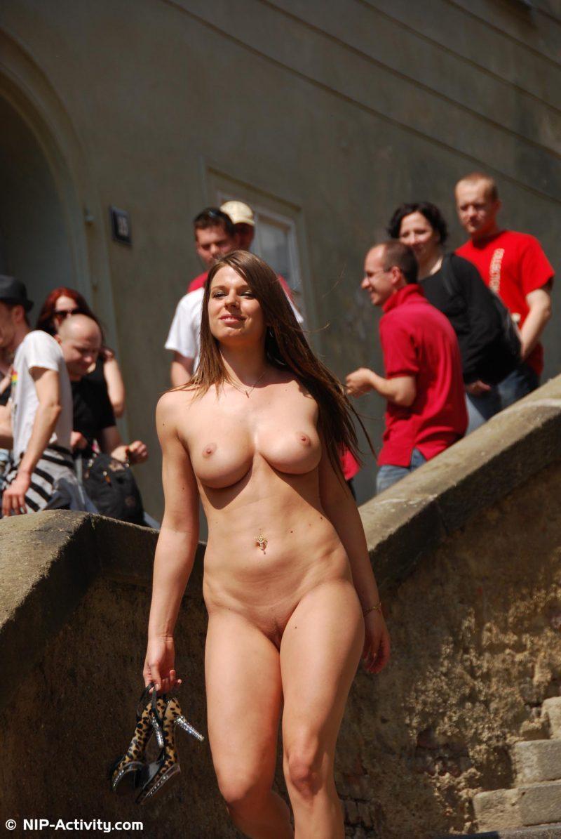 monalee-prague-naked-public-prague-nipactivity-20
