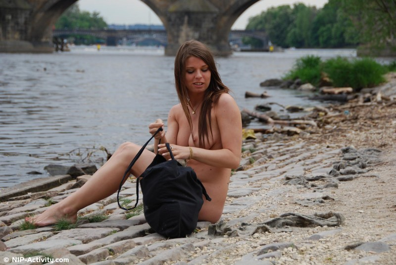 monalee-nude-public-prague-nip-activity-01