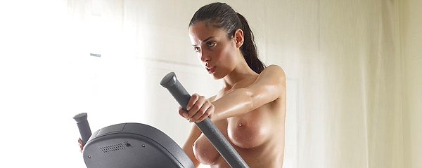 Muriel – Nude workout on cross trainer