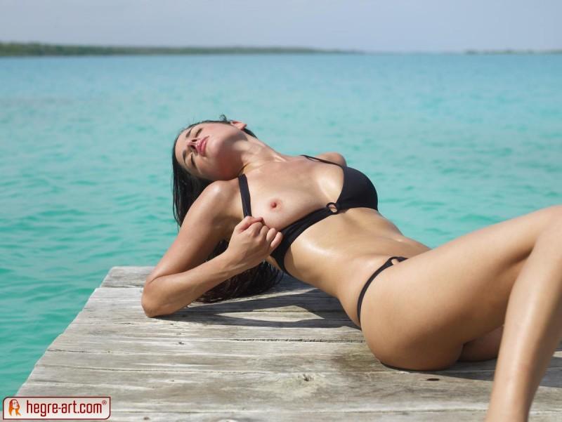 muriel-sea-sunbathing-bikini-hegreart-02