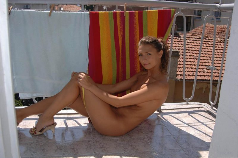 naked-amateur-girl-on balcony-03