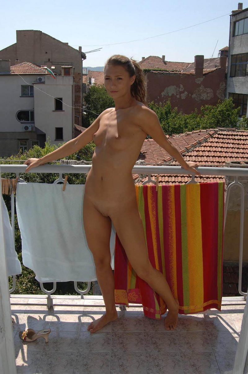 naked-amateur-girl-on balcony-08