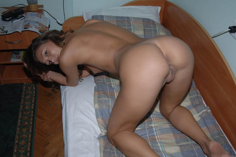 naked-amateur-girl-on balcony-19