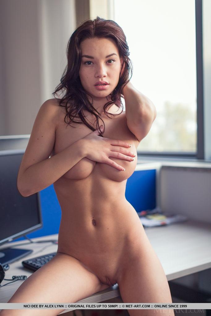 nude Nici dee